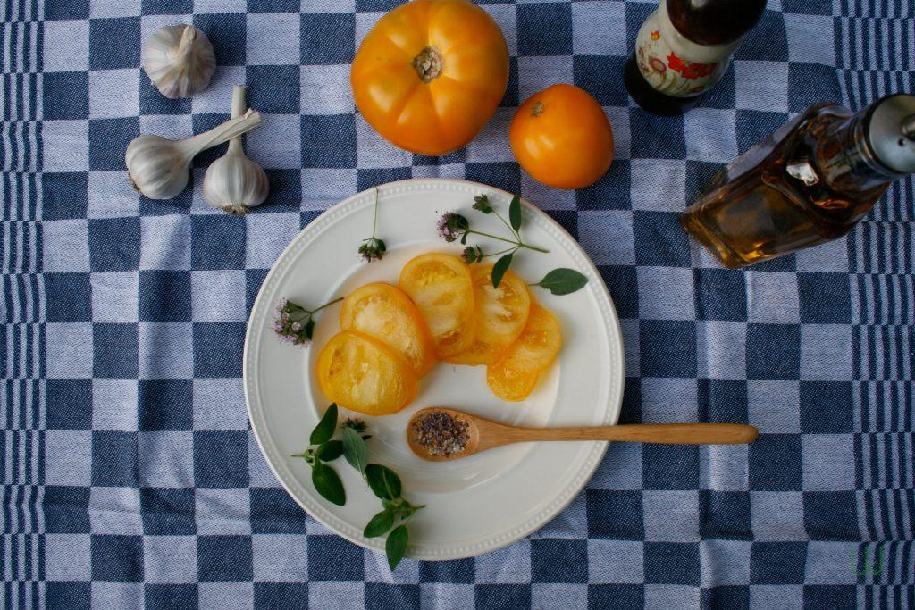 Azoychka tomaten in plakjes op een bord